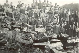 """Ученици с учителя Александър Стрезов на излет край """"Хубча"""" (1914 г.)"""