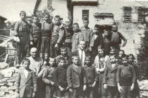 Иван Попниколов (в средата) със свои колеги и ученици (1925-1926 г.)