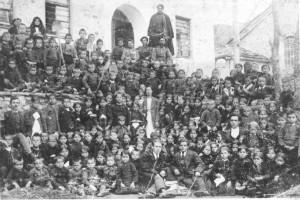 След ученически трудов ден (1921 г.). На снимката личат учителите Елена Стамова (в средата), Янко Н. Кръстев (в дясно), Георги Николов (в ляво) и други