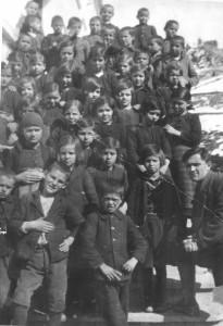 Сивко Кабасанов с ученици от четвърто отделение (1930 г.)