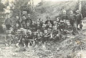 Ученици от трето отделение с учителите Гена Попконстантинова, Сивко Попконстантинов и Мара Христова